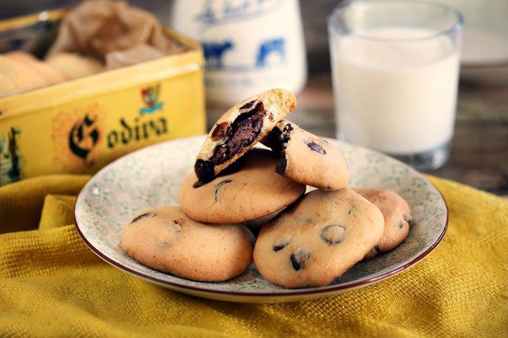 A Nutellás édességeknek komplett szakirodalmuk van már a világban, gyakorlatilag nincs olyan klasszikus édesség, aminek ne készítette volna el valaki a mogyorókrémes verzióját. Nekünk most egy kekszre esett a választásunk: gondoltunk egyet és összedobtunk kb 1 tonna mogyorókrémes kekszet - és milyen jól tettük!