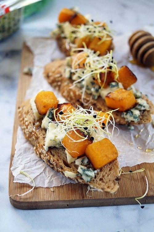 Kéksajtos-sütőtökös bruschetta recept