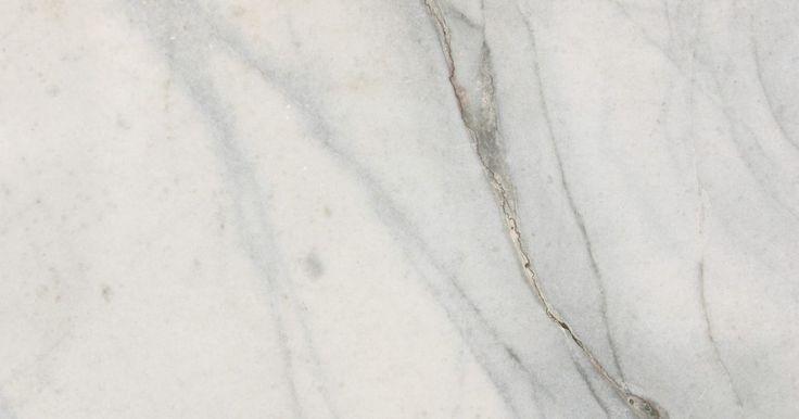 Tipos de mármore Carrara. As minas de mármore de Carrara são famosas no mundo todo por sua qualidade excepcional e produção de mármore. A maioria das pessoas associa Carrara a uma pedra cinza ou branca, diversos tipos de mármore são extraídos de lá. Já que o nome da pedra se refere a sua origem, faz sentido que existam diversas variedades de mármore Carrara.
