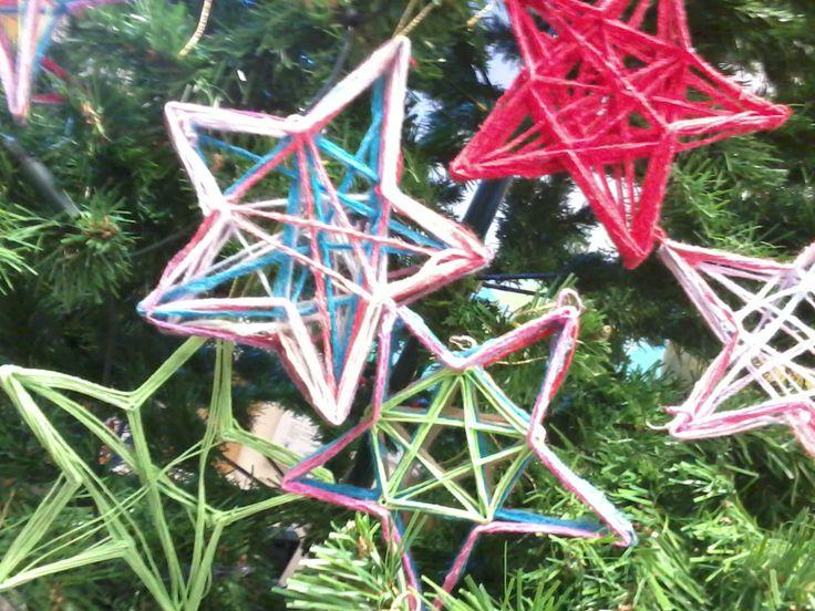 kerststerren van draad met behangplaksel gemaakt door leerlingen van groep 7 en 8