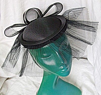 VINTAGE BLACK SCULLCAP VERY 40S PLEATED NET NETTED BOW BACK SIMPLE CHIC HAT WOW