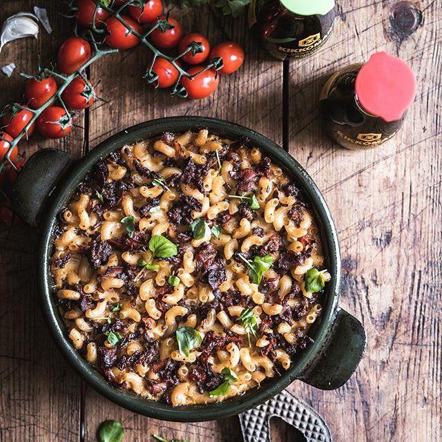 Mitä sinä maustat makaronilaatikon? Tiesitkö, että makaronien keitinliemi on loistava valinta munamaidon tilalle! Suolan tilalla käytin soijakastiketta tuomaan syvää makua. Blogissa nyt vinkit huippu hyvään reseptiin. Kaupallinen yhteistyö: Kikkoman #kikkoman #arkiruokaa #makaronilaatikko #arki #kotiruokaa #maailmanparasmakaronilaatikko