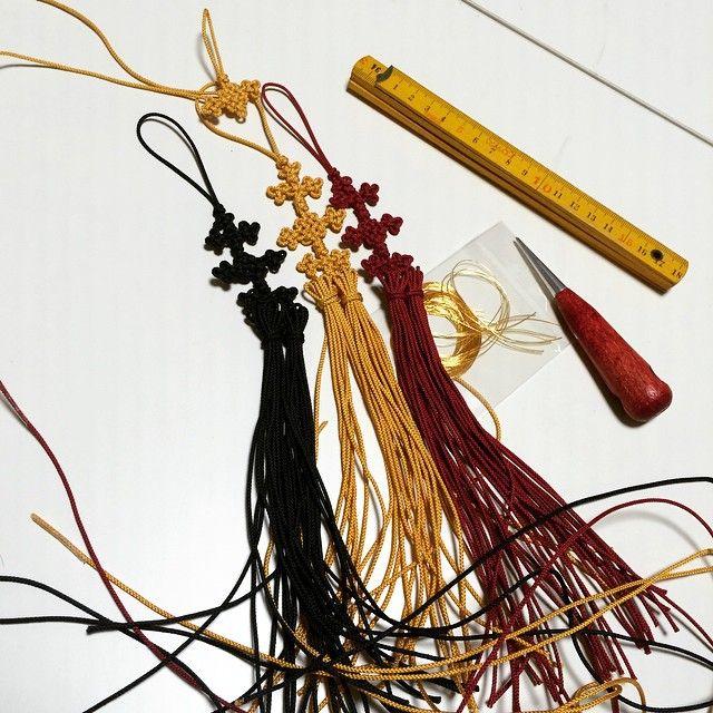 昨日で2年間のメドゥプ教室が終わりました最後の課題はノリゲとても興味深いテクニックなのでこれからも独学で続けたいと思っていますまだ今から房の長さを揃え結び金糸を巻いて飾りますいつ完成するのかなぁ #メドゥプ #結び #アジアンノット #ノリゲ #handmade by a_ne321