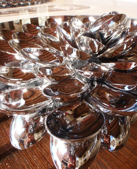 Διακοσμητικός δίσκος σερβιρίσματος με ασημένια κουτάλια. Κατασκευή για ιδιωτικό event στη Μύκονο. Δείτε περισσότερα έργα μας στο http://www.artease.gr/interior-design/emporikoi-xoroi/