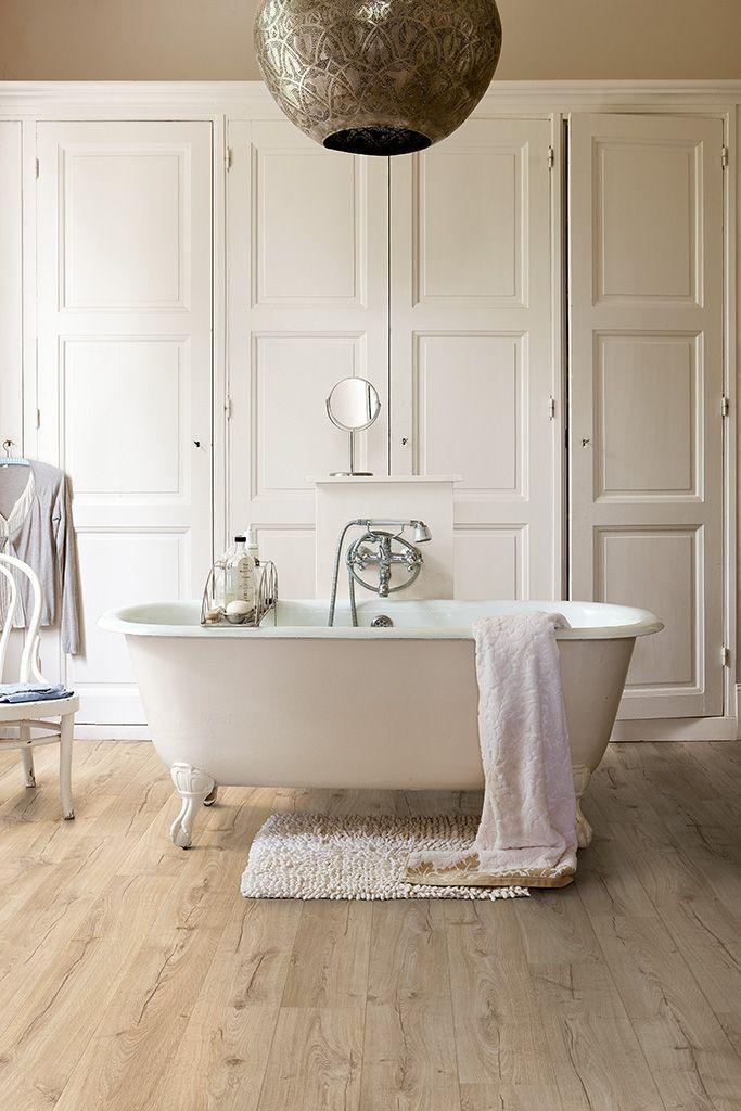 QUICK-STEP LAMINATE - Impressive - 'Classic oak beige' (IM1847) in a classic bathroom. - http://www.quick-step.co.uk/en-gb/laminate/impressive/im1847_classic-oak-beige