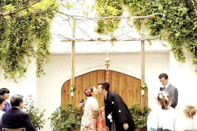 国際カップルのホームパーティー風の結婚式 ガーデンに手作りの鳥居を建て、和洋折衷のオリジナルセレモニーを行いました