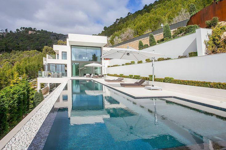 Dieses moderne Anwesen in Son Vida, Mallorca, bietet einen atemberaubenden Panoramablick über das Mittelmeer. Auf rund 700m² Wohnfläche und insgesamt...