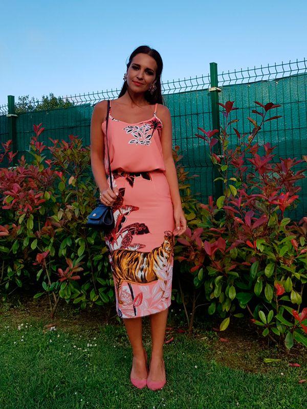 Que color tan maravilloso! Puede ser tan alegre y elegante a la vez! Hoy llevo un conjunto de falda lápiz con top y guardapolvos a juego en tejido con fondo color coral y un estampado muy \'jungla\' de DOLORES PROMESAS. Stilettos en tono coral también de URSULA MASCARÓ, bolso de DOLCE&GABBANA, pendientes de H&M (de […]