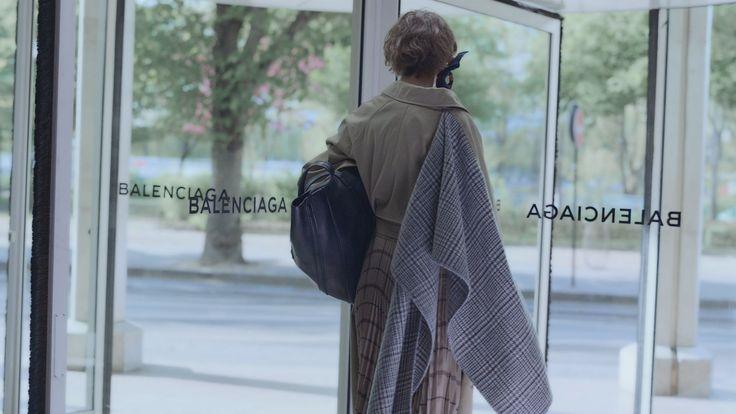Descubre las colecciones para hombre y mujer de Balenciaga y compra ropa, bolsos y zapatos en línea.