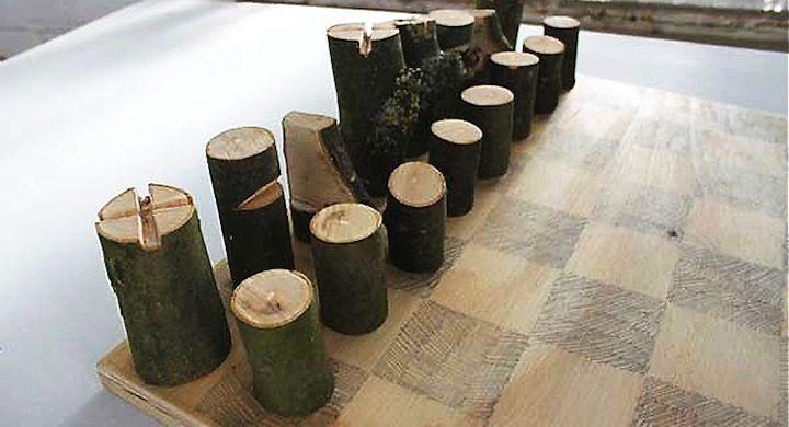 Piezas de ajedrez hechas con una sola rama de árbol