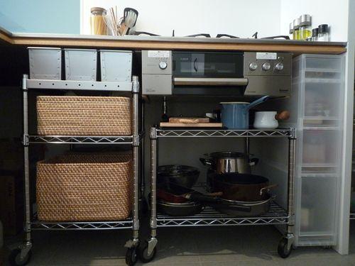 キッチンの紹介です。  キッチン・・というより台所と言ったほうがしっくりくる感じ。  材はコストダウンのため、ラワン合板(ベニヤ板)に。 塗装も...