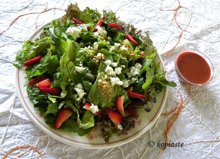 Green Salad with Strawberries and Feta / Πράσινη Σαλάτα με Φράουλες και Φέτα http://www.kopiaste.info/?p=13627