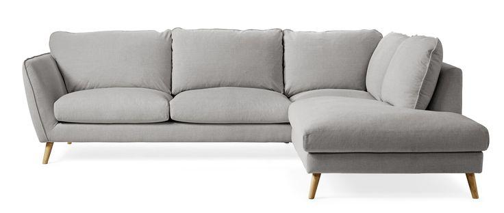 Madison Lux är en byggbar soffa i skandinavisk stil. Den här kombinationen är en 2-sits soffa med divan till höger. Soffan har en lyxig komfort med fjäder/dunblandning i plymåerna. Madison är en genomtänkt soffserie, den har många fint arbetade detaljer och ger dig möjlighet att skapa en soffa som passar just för ditt hem. Du kan välja mellan tre olika armstöd ett antal olika ben och en mängd olika tyger och färger. Madison är soffan för dig som vill ha skandinavisk lyx med fantastisk…