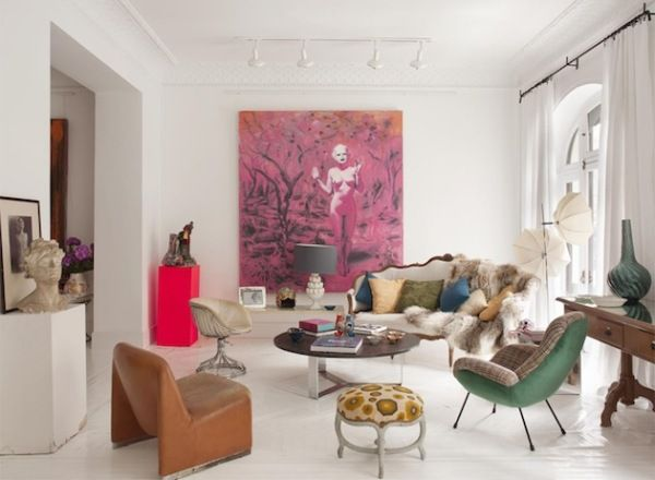 #excll #дизайнинтерьера #решения Испанский дизайнер María LLadó пошла по пути совмещения несовместимого и на чистом белом полотне создала необычный, эклектичный интерьер.