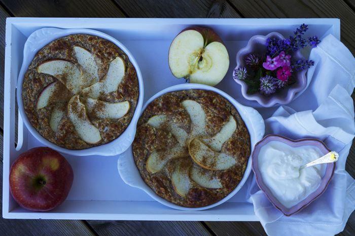 Ugnsbakad gröt äpple och kanel är en riktigt god och nyttig frukost, som är enkel att göra. Här får du mitt recept på ugnsbakad äppelgröt!