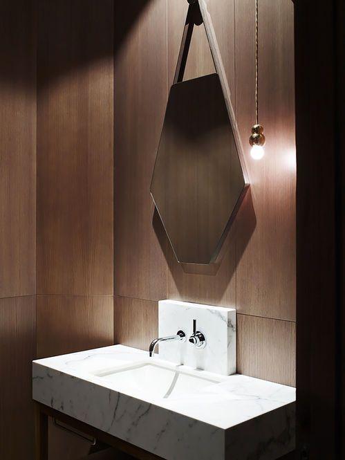 Banheiro com revestimento de madeira. Arquiteto:  KPDO + CJA. Fotógrafo: Derek Swalwell.