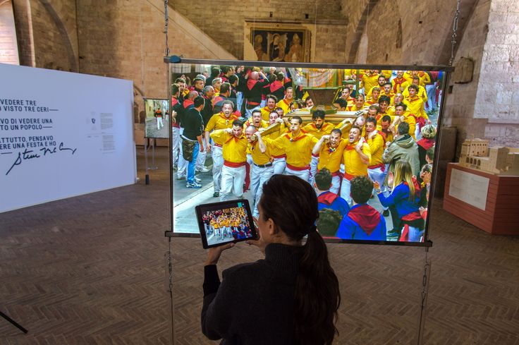 "A special exhibition of 18 images by Steve McCurry about the traditional ""Festa dei Ceri"" in Gubbio. With Veronica Corvellini. (Ph. Archivio Regione Umbria) #McCurry #SensationaUmbria #PassionateUmbria #SU14 #Gubbio #mostra #Fotografia #Photography #exhibition #Umbria #Ceri #FestadeiCeri"