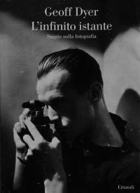 """Geoff Dyer è considerato in patria tra gli autori più originali degli ultimi anni ed è noto in Italia soprattutto per il suo """"Natura morta con custodia di sax"""". Oltre che di musica è anche, da sempre, appassionato di fotografia. Eppure, confessa"""