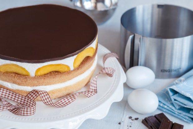 Posuvná forma na dort je skvělá věc. Díky ní můžete upéct různé průměry dortu a klidně si tak udělat i třípatrový dort :-) My vyzkoušeli jednoduchý broskvový.