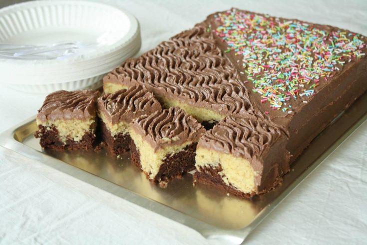 Den marmorerte krydderkaken med sjokoladeglasur er en gammel slager som igjen har begynt å dukke opp på kakebordene. Den vekker minner for mange og finnes både i lyse og mørke varianter, som oftest i en kombinasjon.    Tropiskaroma lages gjerne i springform med et lag med sjokoladeglasur i midten. For å gjøre det litt enklere har jeg satt sammen en oppskrift som passer til en liten langpanne.Glasuren strykes på toppen og det klassiskemønsteret er laget ved hjelp av en gaffel. Kaken er…