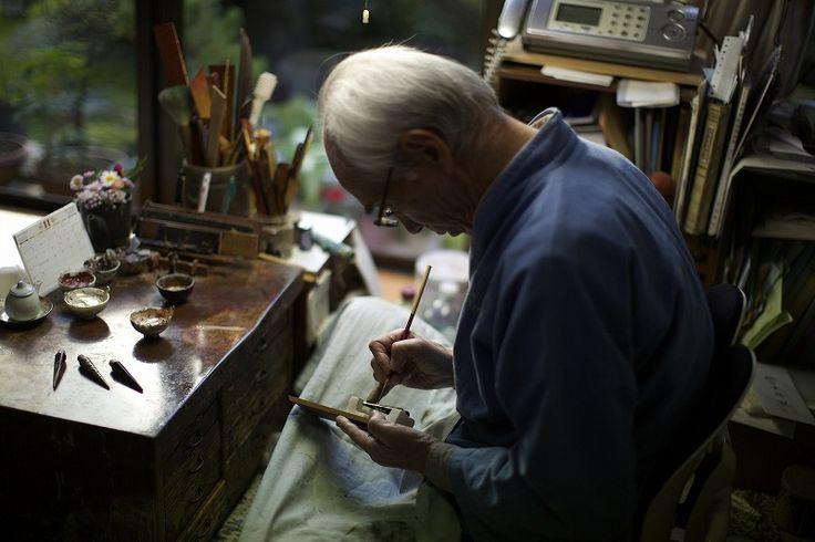 駒本長信(こまもとたけのぶ)|越前漆器産地で活躍する蒔絵職人。2日間、陶磁器の金継や漆器の磨きを実演し、熟練の手技をを披露する。<取扱|the old house>