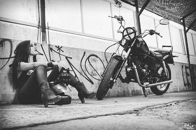 Bikergirl 💀 Fotografía por @jpafotografias 📷 #moto #motorcycle #milestone #motomel #motogirl #photoshoot #photography #session #sesiondefotos #rude #rudegirl #metalheads #metalgirl #streetstyle #blackandwhite #jpafotografias #mskashmir #sexymetalgirl #motorgirl #bikerlife #bikegirl #biker #altmodel #alternative