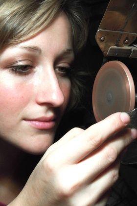 Pavlína Čambalová (*1986) vystudovala broušení a rytí drahých kamenů na SUPŠ v Turnově a poté umělecké sklo na VOŠS v Novém Boru.  Získala mnoho ocennění a v současnosti  pracuje jako rytečka skla u firmy Lobmeyr ve Vídni a soukromě se věnuje vlastní výtvarné práci.