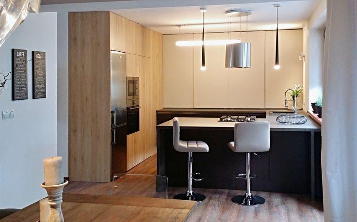 Kuchyňská linka má místo klasických horních skříněk posuvné dveře, které lze po skončení vaření jednoduše zavřít.   A je uklizeno.
