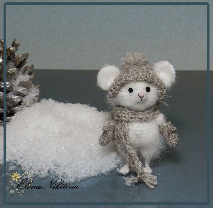 Amigurumi mouse in snow.