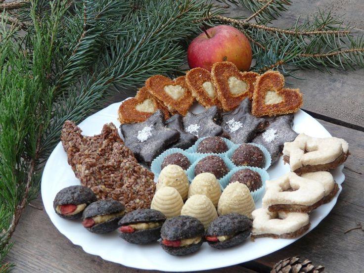 Vánoce bez cukroví si snad nikdo nedokáže představit. Tradiční vánoční pochoutky nejsou ale zrovna dietní a proto vám přinášíme zdravější alternativu v podobě RAW cukroví.
