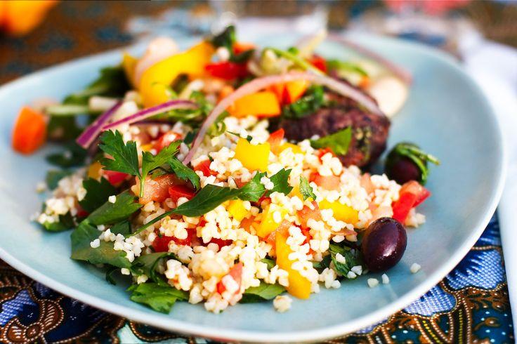 Taboleh (libanesisk bulgursallad) | Kung Markatta - kungen av ekologiskt. En libanesisk bulgursallad som är kalasgod att servera till grillat. Sen spelar det inte så stor roll om det du föredrar att grilla är fisk, färsbiffar, grönsaker, halloumi eller något helt annat. Gillar man nu inte att grilla alls, så är bulgursalladen även god att servera till falafel.
