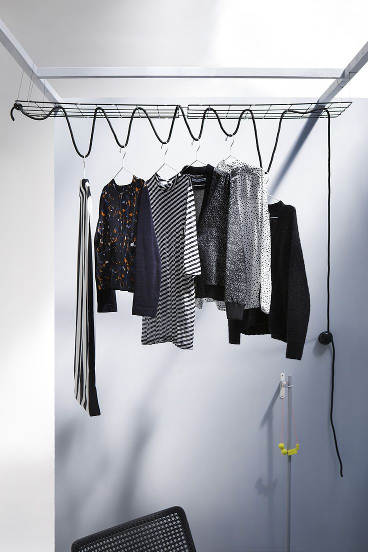 Kleding opberg DIY.Geen zin om iedere keer een trap of kruk te pakken wanneer je je winterkleding hoog wil opbergen of juist wil pakken? Maak een simpel systeem van twee klimplantrekjes waar je een touw doorheen haalt. Bevestig deze vervolgens aan een knop aan de wand. Hang je kleding op aan het touw. Als je iets wil pakken maak je het touw los en laat je het touw simpelweg vieren.