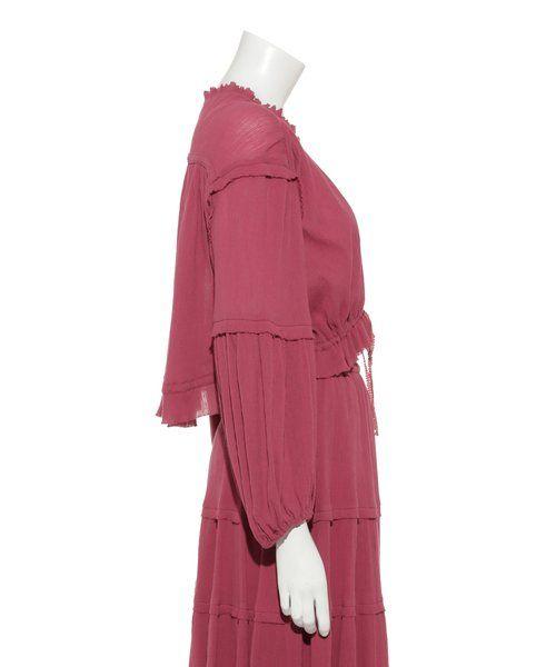 やわらかく、透け感のあるコットン素材が魅力のトップス。ウエストや袖にギャザーを寄せて描いた、ボリュームシルエットが華やかなアイテムです。品よく首元に沿うネックラインには、フリルをあしらい、愛らしさもプラス。ウエストのリボンをギュッとしめてコンパクトに着ても、ほどいてボレロのように夏の羽織としてもおすすめです。着こなしの幅が広がるアイテムです。