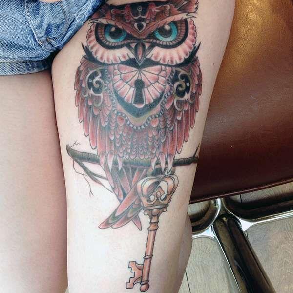 tatuaż sowy na udzie