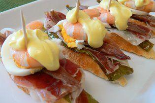 Pincho de pimiento verde, jamón serrano, anchoa, huevo cocido, langostino...