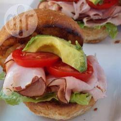 Foto della ricetta: Panini con prosciutto e avocado