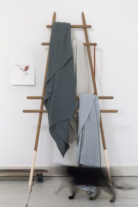 Zussen Eveline en Marianne Maat van By Molle, produceren deze mooie plaids van gerecycleerd denim. Eerst worden de ritsen en knopen verwijderd, en worden de vezels opnieuw gesponnen. Van het garen laten ze dan in een ambachtelijke breierij deze zachte, unieke plaids maken. De original kleuren van de jeans stof worden behouden. Er komt dus geen verfen of bleken aan te pas.
