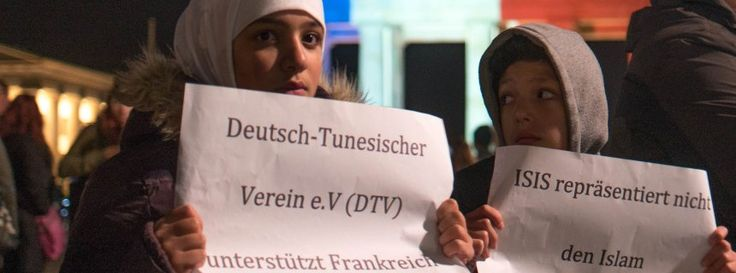 "Muslime vor dem Brandenburger Tor in Berlin: ""Islamischer Staat repräsentiert nicht den Islam"""