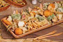 Il fritto misto di verdure è un piatto invitante e genuino preparato con diverse verdure, passate in pastella e fritte, abbinate a sfiziosi bocconcini di formaggio impanati. Può essere un gustoso antipasto, un contorno appetitoso oppure un secondo piatto sostanzioso che incontrerà anche i gusti dei palati più diffcili. A seconda della stagione potrete utilizzare diverse verdure: dal carciofo al cavolo, dalle zucchine alle melanzane. Un nuovo modo per far mangiare le verdure ai vostri…