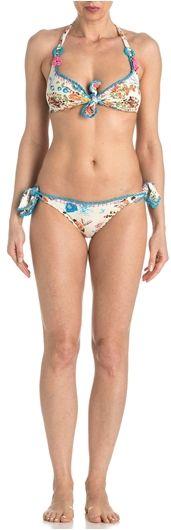 Bikini triangolo brassiere in fantasia con rifiniture di ricamo uncinetto. Reggiseno con gancio sulla schiena e nodo apribile sulla scollatura per una perfetta vestibilità. Slip laccetti
