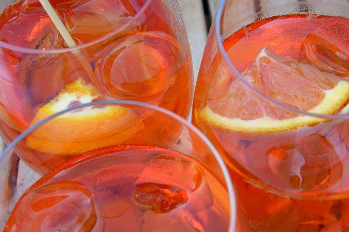 Le spritz est un apéritif alcoolisé originaire des Trois Vénéties, terme utilisé en référence aux trois régions de l'est de l'Italie