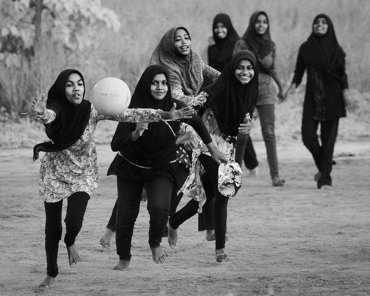 """Wyróżnienie w kategorii """"Ludzie i kultury - fotoreportaż"""" - Arne Strømme (Norwegia) - dziewczyny grające w koszykówkę w Hanimadhoo (Malediwy)"""