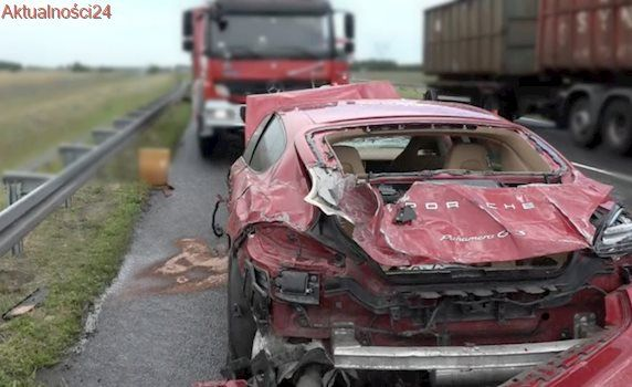 Rozbił na autostradzie samochód warty fortunę. I zniszczył 60 metrów barierek