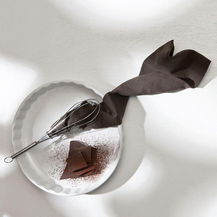 """Um Kakao ranken sich Mythen. Das schwarze Gold der Inkas ist verführerisch pudrig, geheimnisvoll dunkel, der Trank der Götter – und nicht zuletzt Grundstoff zur Herstellung von Schokolade. Vor allem aber ist Kakao Namensgeber für etwas besonders Feines: unsere Strümpfe in begehrenswertem """"Kakao"""". Wir finden sie schon jetzt sagenhaft schön. Besuche jetzt die Gewürzwelt von Juzo – Kompressionsstrümpfe für jeden Geschmack."""