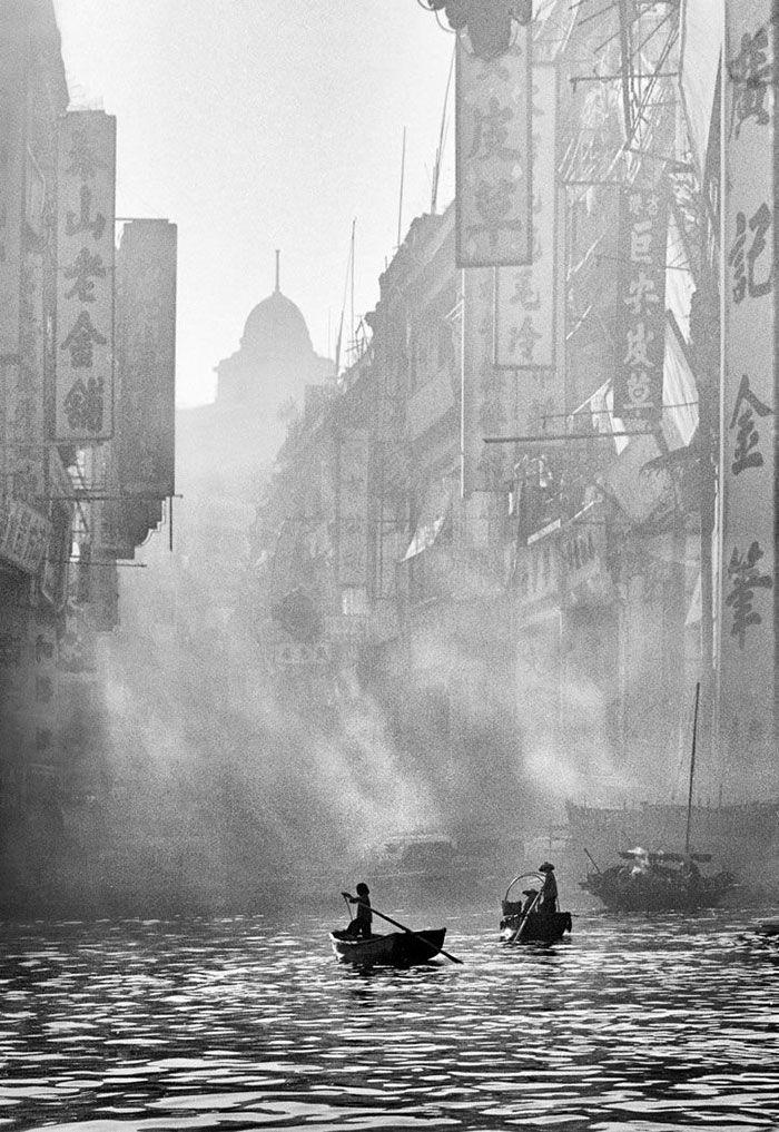 El Críticamente aclamado fotógrafo chino Fan Ho pasó los años 1950 y 60 tomando fotos arenosas y oscuras de lahermosa vida callejera en Hong Kong.