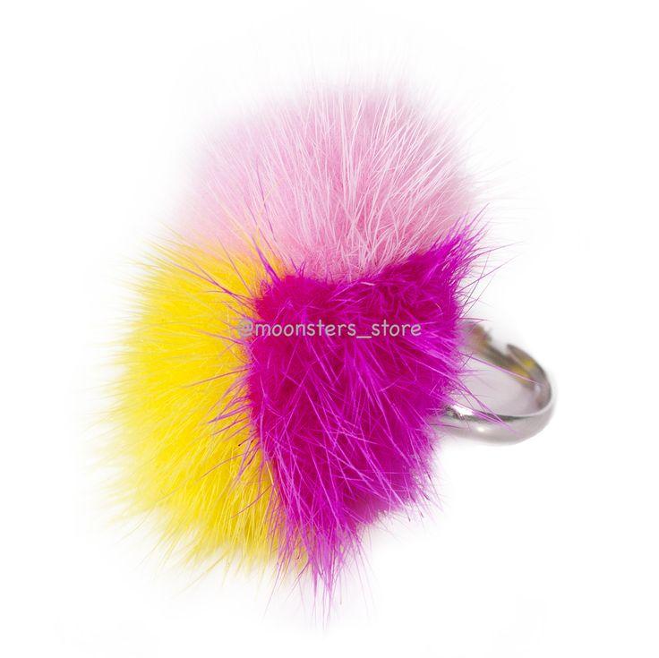 Яркое кольцо с разноцветными меховыми помпонами выполнен вручную. Размер кольца регулируется.
