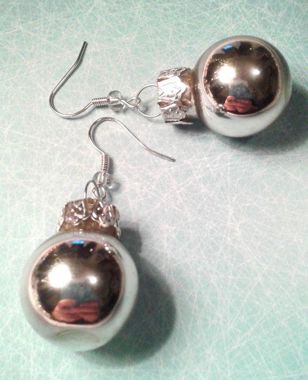 Die silbernen Weihnachtskugel Ohrringe sind das perfekte Accessoire für jedes weihnachtliche Outfit. Schlicht und dennoch schön sind diese weihnachtlichen Ohrringe in leuchtendem Silber gehalten.