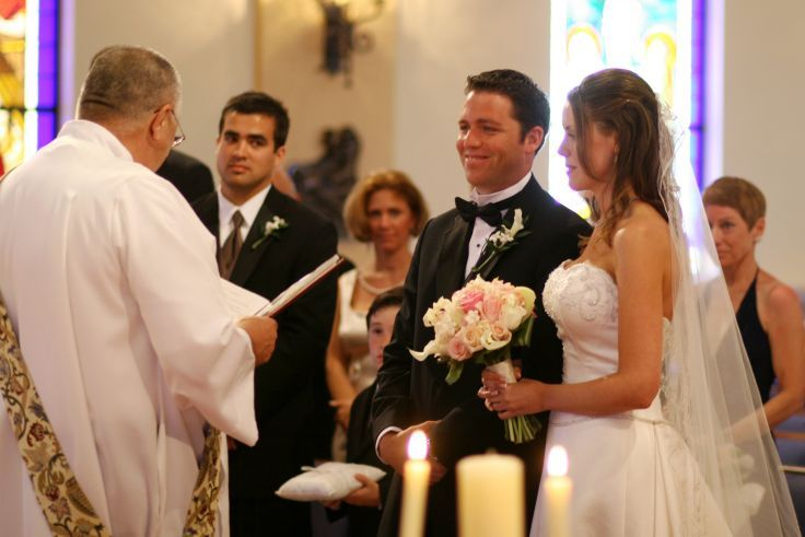 celebracion boda novios padrinos cura