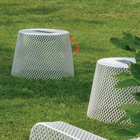 #EMU 595 Ivy #poef / lage #tafel doet een beetje buitenaards aan. Zodra de zon ondergaat en het buiten donker wordt, bloeit Ivy poef op en laat ze haar lichten branden. Een sfeervolle #design #lichtbron ontstaat in de #tuin of op het #terras. Dankzij het materiaal is Ivy poef zeer geschikt voor #buitengebruik.