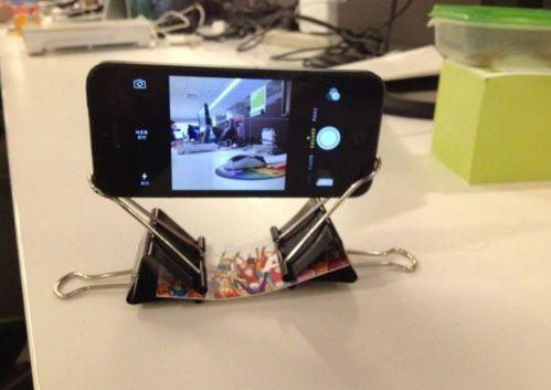 Utilizando dos ganchos y una tarjeta plástica es posible armar un trípode casero para cualquier modelo de celular http://ir.tn.com.ar/ZYAhga